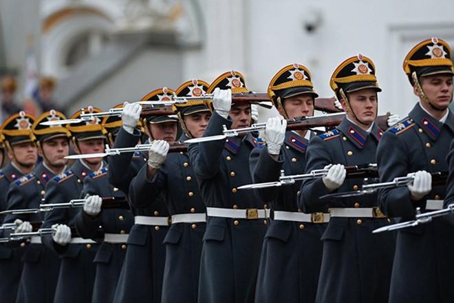 Ấn tượng nghi thức đổi ca gác của trung đoàn vệ binh Kremlin - Ảnh 4.