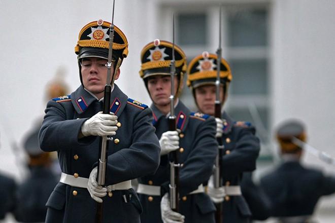 Ấn tượng nghi thức đổi ca gác của trung đoàn vệ binh Kremlin - Ảnh 7.