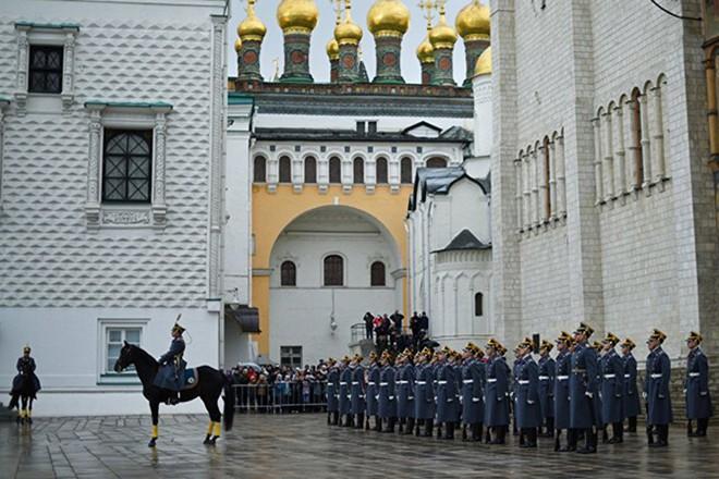 Ấn tượng nghi thức đổi ca gác của trung đoàn vệ binh Kremlin - Ảnh 8.