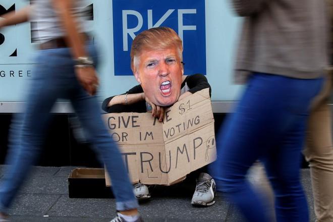 24h qua ảnh: Ăn xin kiểu Mỹ - Cho tôi 1 đôla, nếu không tôi sẽ bỏ phiếu cho Trump - ảnh 3