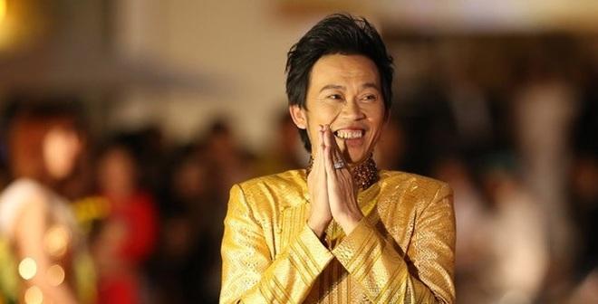 Hoài Linh nhận nút play mạ Bạc từ YouTube