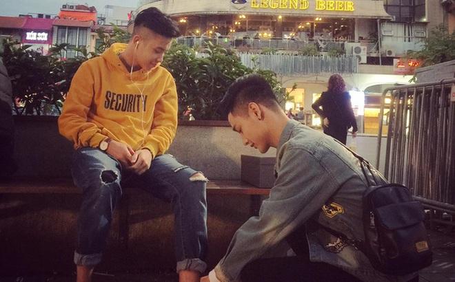 Chiếc nhẫn giấu trong giày và màn cầu hôn lãng mạn của cặp đồng tính nam giữa phố đi bộ