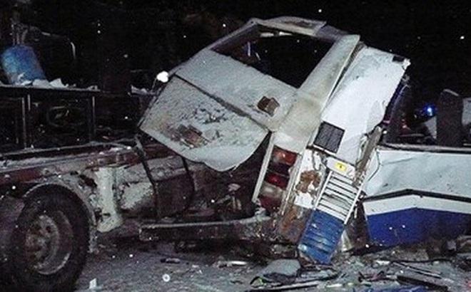 Xe bus và xe tải đâm nhau kinh hoàng, 9 em bé chết thảm
