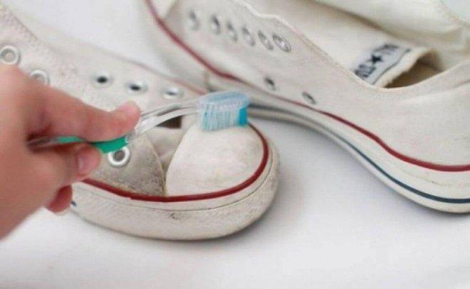 Kem đánh răng, giấy báo cũ đều là những thứ tưởng rất thường mà lại thần kỳ không tưởng - Ảnh 2.