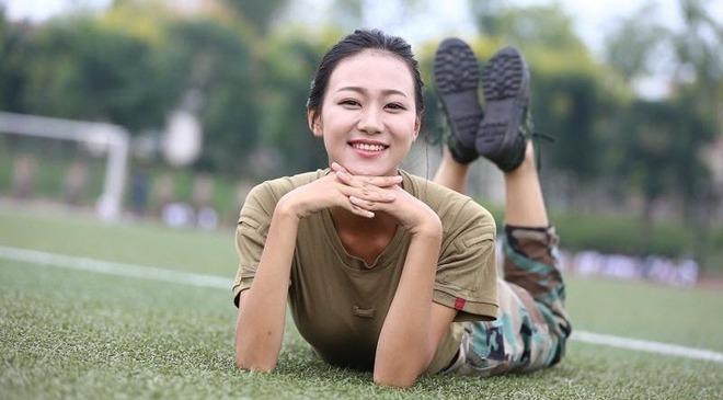 Các nữ sinh học quân sự xinh hơn hoa hậu làm cả trường náo loạn - Ảnh 10.