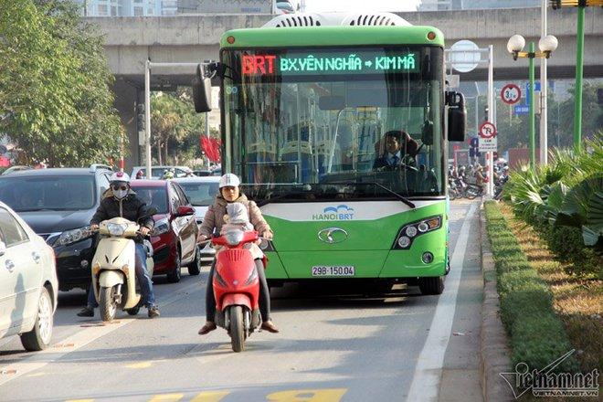 Xe máy tạt đầu, lái xe buýt nhanh khựng người - Ảnh 3.