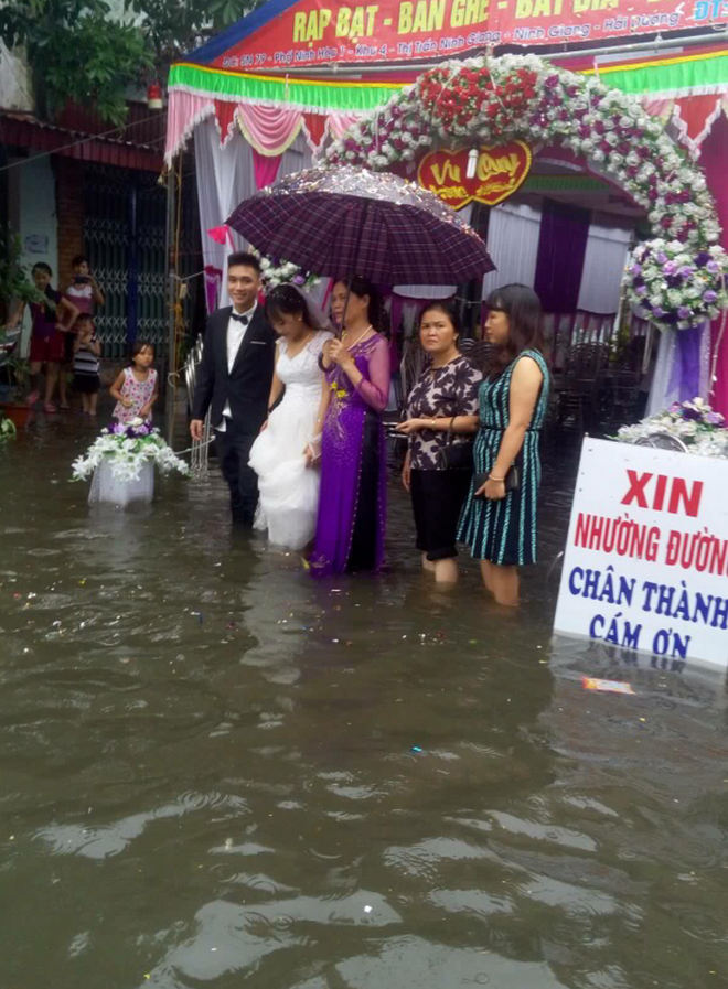 Người ta đám cưới linh đình, tôi đây mưa ngập nhưng mà vẫn vui - Ảnh 2.