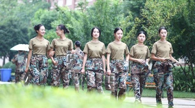 Các nữ sinh học quân sự xinh hơn hoa hậu làm cả trường náo loạn - Ảnh 4.