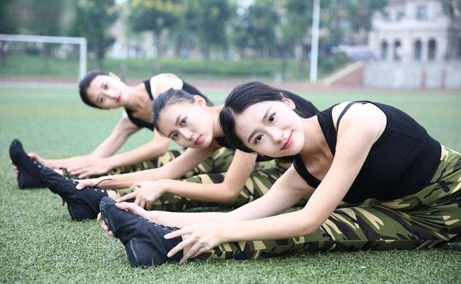 Các nữ sinh học quân sự xinh hơn hoa hậu làm cả trường náo loạn - Ảnh 6.