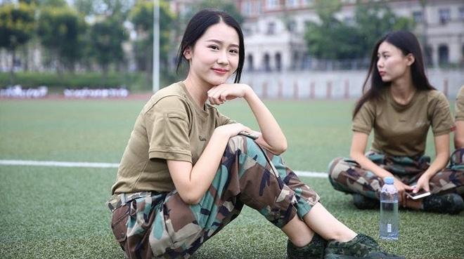 Các nữ sinh học quân sự xinh hơn hoa hậu làm cả trường náo loạn - Ảnh 7.