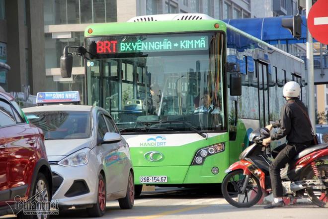 Xe máy tạt đầu, lái xe buýt nhanh khựng người - Ảnh 7.
