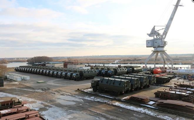 Đoàn xe quân sự hầm hố vừa hành quân về đậu kín cảng Oka là loại vũ khí trang bị nào?