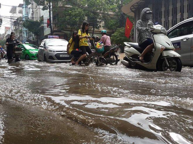 [ẢNH] Hà Nội ngập nặng sau trận mưa liên tục suốt đêm - Ảnh 3.