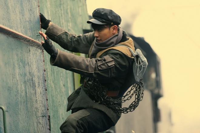 Đóng phim với Thành Long, hàng loạt mỹ nam bị ngược đãi lên bờ xuống ruộng - Ảnh 6.