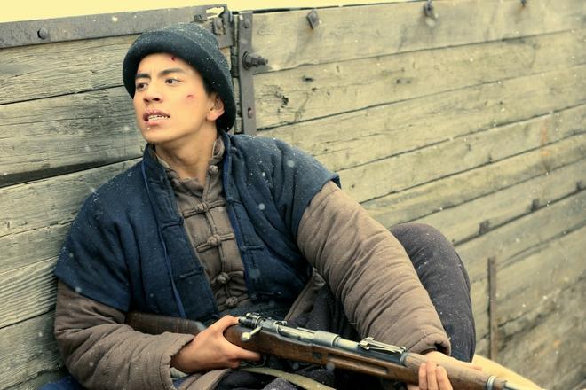 Đóng phim với Thành Long, hàng loạt mỹ nam bị ngược đãi lên bờ xuống ruộng - Ảnh 2.