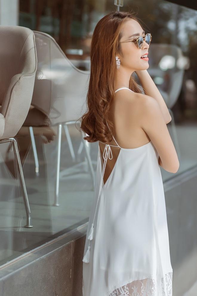 Diệp Bảo Ngọc mặc áo yếm, khoe lưng trần trên phố - Ảnh 3.