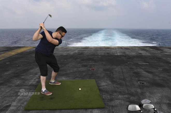 Cuộc sống trưa ăn thịt nướng, chiều đánh golf của thủy thủ tàu sân bay Mỹ - Ảnh 2.