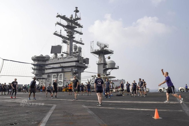 Cuộc sống trưa ăn thịt nướng, chiều đánh golf của thủy thủ tàu sân bay Mỹ - Ảnh 3.