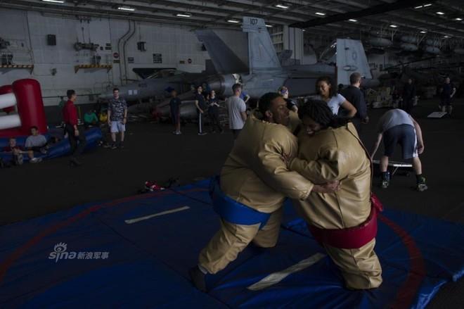 Cuộc sống trưa ăn thịt nướng, chiều đánh golf của thủy thủ tàu sân bay Mỹ - Ảnh 4.