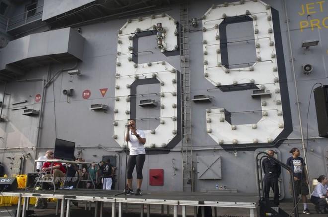 Cuộc sống trưa ăn thịt nướng, chiều đánh golf của thủy thủ tàu sân bay Mỹ - Ảnh 6.