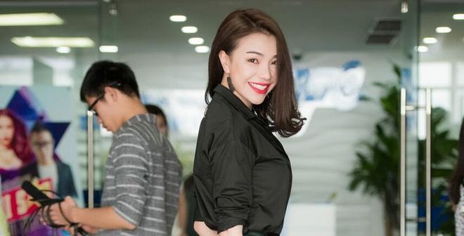 Trà Ngọc Hằng mặc đơn giản đi sự kiện