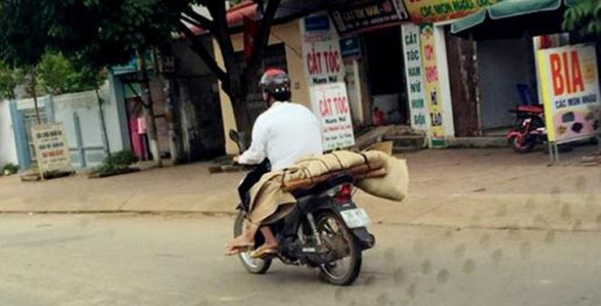 """Người chở thi thể về bằng xe máy: """"Tôi cũng đau xót lắm"""""""