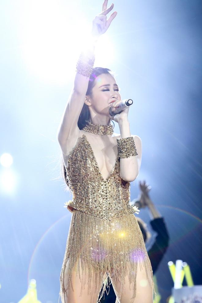 Đông Nhi lạc giọng, nức nở khi hát cảm ơn mẹ trước 15 nghìn fan - Ảnh 6.