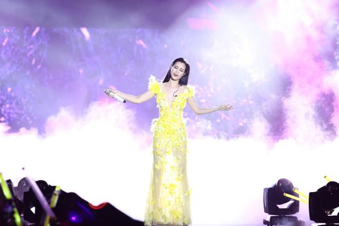Đông Nhi lạc giọng, nức nở khi hát cảm ơn mẹ trước 15 nghìn fan - Ảnh 9.