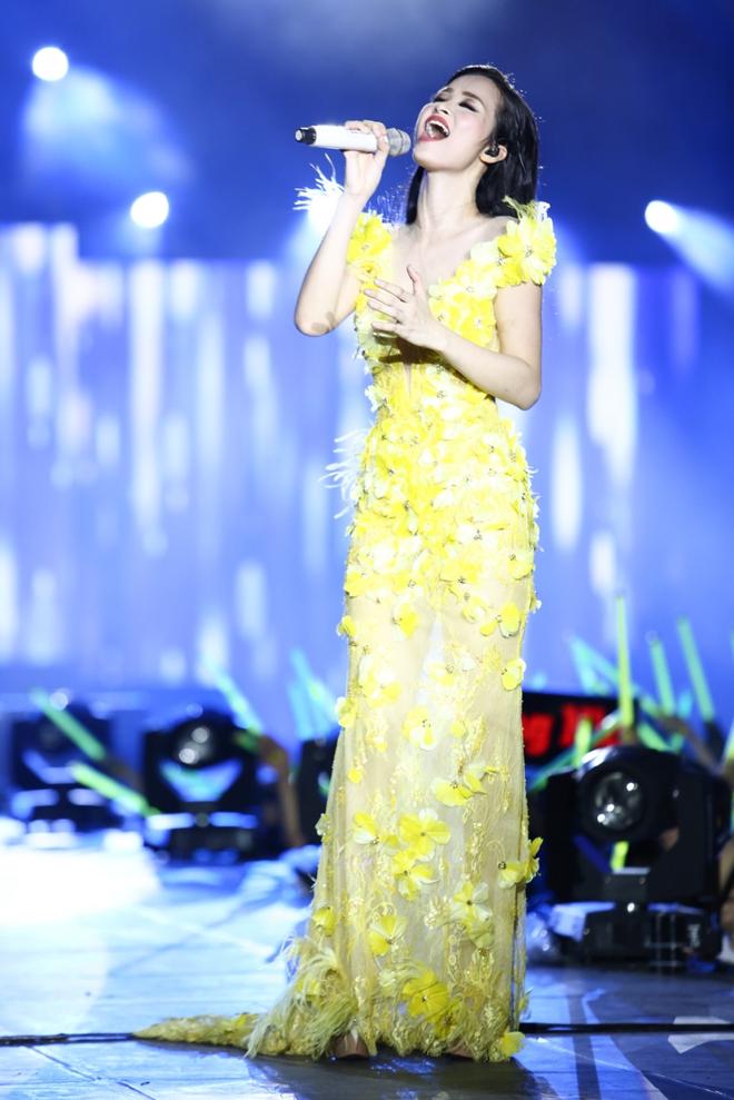Đông Nhi lạc giọng, nức nở khi hát cảm ơn mẹ trước 15 nghìn fan - Ảnh 10.