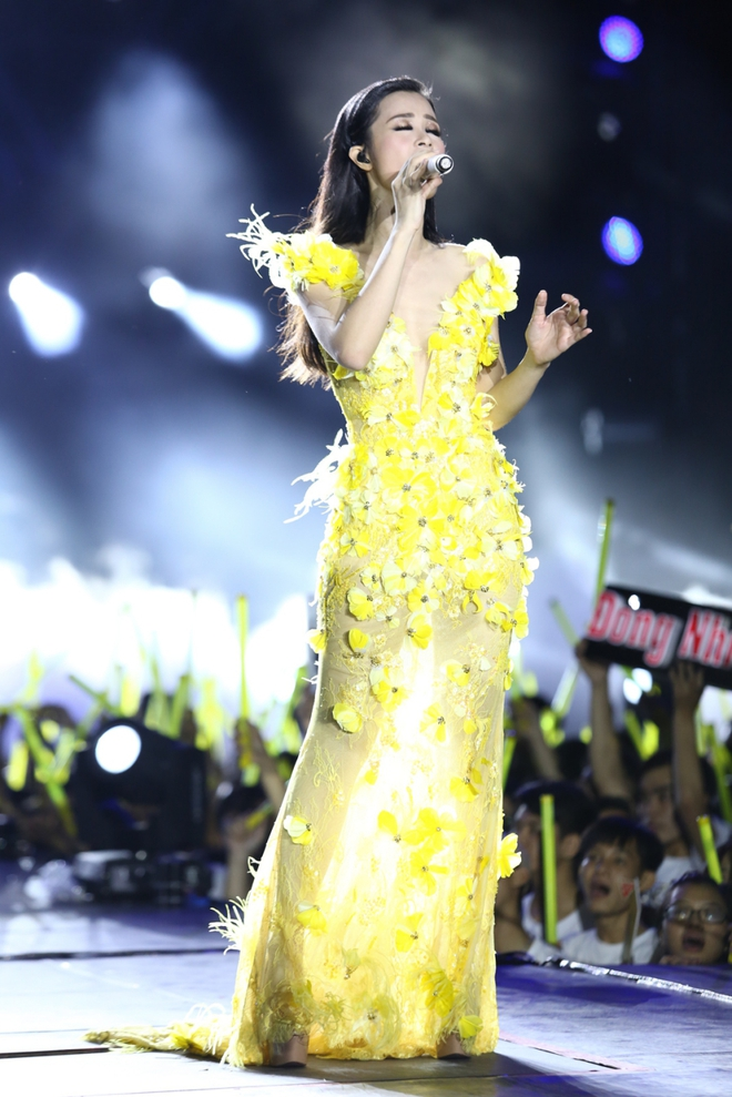 Đông Nhi lạc giọng, nức nở khi hát cảm ơn mẹ trước 15 nghìn fan - Ảnh 1.