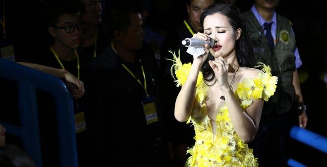 Đông Nhi lạc giọng, nức nở khi hát cảm ơn mẹ trước 15 nghìn fan