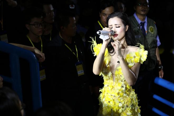 Đông Nhi lạc giọng, nức nở khi hát cảm ơn mẹ trước 15 nghìn fan - Ảnh 14.