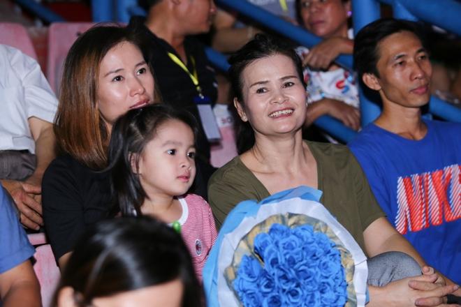 Đông Nhi lạc giọng, nức nở khi hát cảm ơn mẹ trước 15 nghìn fan - Ảnh 12.
