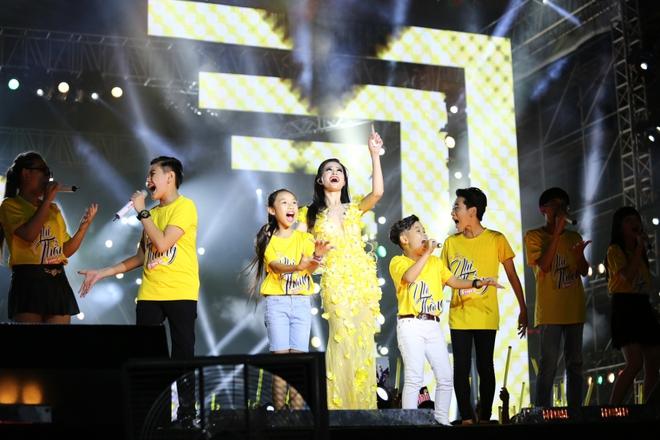 Đông Nhi lạc giọng, nức nở khi hát cảm ơn mẹ trước 15 nghìn fan - Ảnh 15.