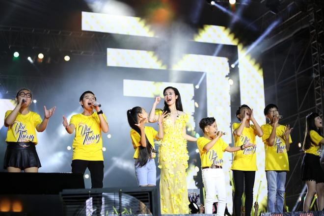 Đông Nhi lạc giọng, nức nở khi hát cảm ơn mẹ trước 15 nghìn fan - Ảnh 16.