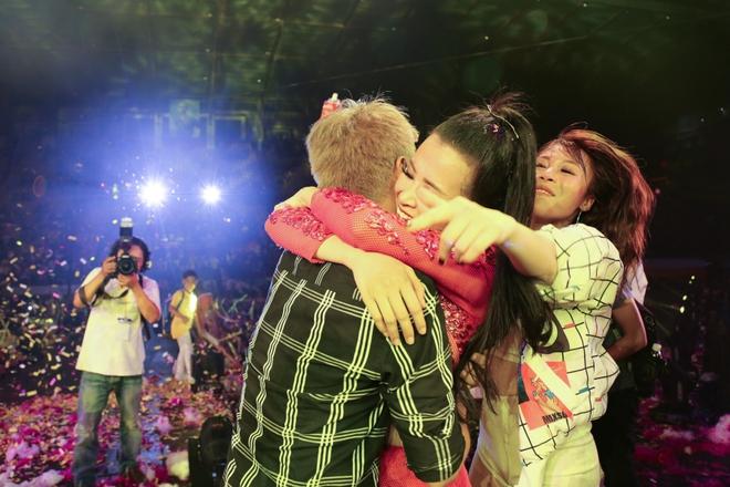 Đông Nhi lạc giọng, nức nở khi hát cảm ơn mẹ trước 15 nghìn fan - Ảnh 23.