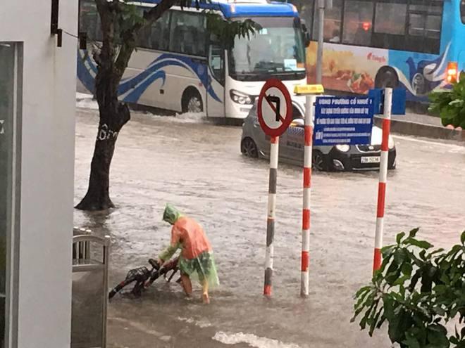 Mưa lớn, nhiều tuyến phố Hà Nội chìm trong biển nước, người dân chật vật đi lại - Ảnh 3.