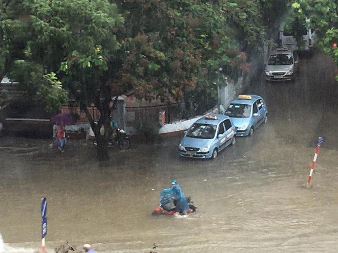 Mưa lớn, nhiều tuyến phố Hà Nội chìm trong biển nước, người dân chật vật đi lại - Ảnh 5.