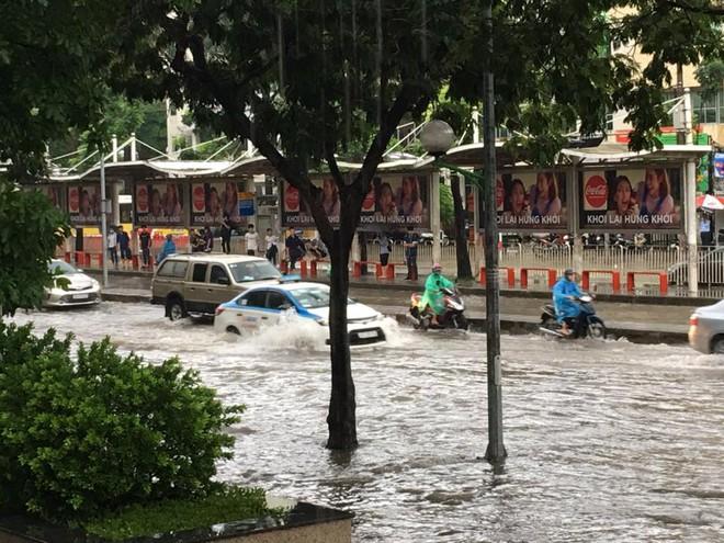 Mưa lớn, nhiều tuyến phố Hà Nội chìm trong biển nước, người dân chật vật đi lại - Ảnh 6.