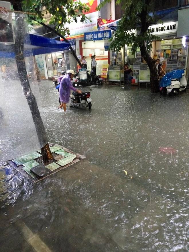 Mưa lớn, nhiều tuyến phố Hà Nội chìm trong biển nước, người dân chật vật đi lại - Ảnh 7.