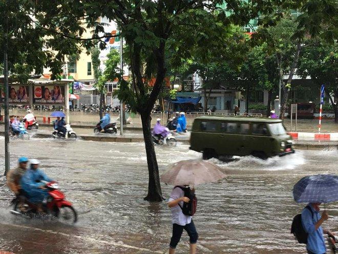 Mưa lớn, nhiều tuyến phố Hà Nội chìm trong biển nước, người dân chật vật đi lại - Ảnh 4.