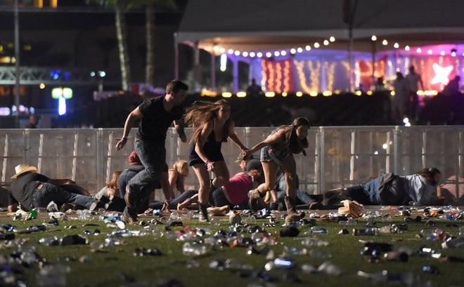 NÓNG: Hàng trăm phát súng xả vào đám đông ở Las Vegas, hơn 20 người thương vong, cảnh sát đã hạ một hung thủ