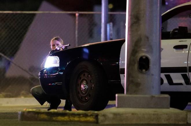NÓNG: Hàng trăm phát súng xả vào đám đông ở Las Vegas, hơn 20 người thương vong, cảnh sát đã hạ một hung thủ - Ảnh 3.