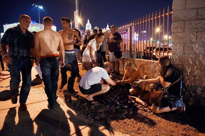 NÓNG: Hàng trăm phát súng xả vào đám đông ở Las Vegas, hơn 20 người thương vong, cảnh sát đã hạ một hung thủ - Ảnh 4.