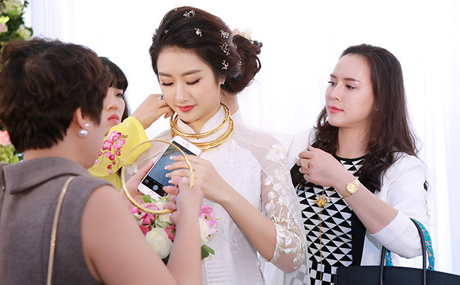 Toàn cảnh đám hỏi xa hoa, lộng lẫy của Thu Ngân: Hoa hậu buộc phải tháo bớt vàng