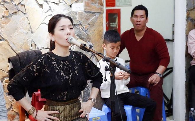 Lệ Quyên ăn mặc sành điệu đi tập hát, chồng con kiên nhẫn ngồi chờ phía sau