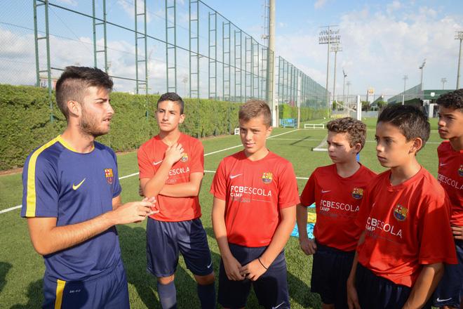 """Cựu cầu thủ La Masia: """"Bóng đá là môn thể thao chó ăn thịt chó"""" - Ảnh 1."""