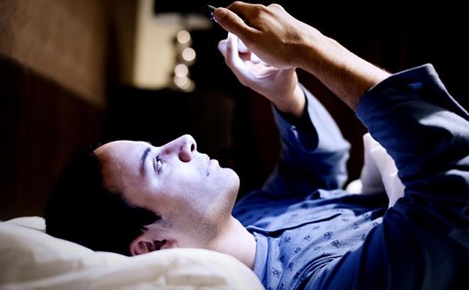 Chỉ 1 phút làm việc này, bạn sẽ khó ngủ trong 1 giờ: Hại như thế nhưng hầu như ai cũng làm