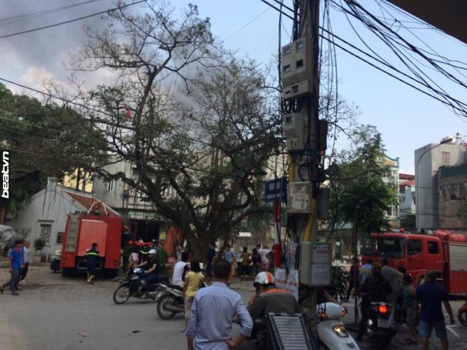 3 căn nhà trên phố Minh Khai cháy dữ dội, nối hàng trăm mét dây để dẫn nước - Ảnh 2.
