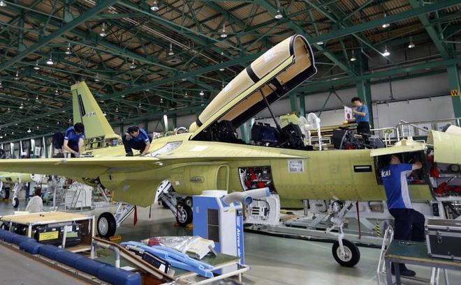 Máy bay huấn luyện - chiến đấu T-50 Golden Eagle trên dây chuyền lắp ráp
